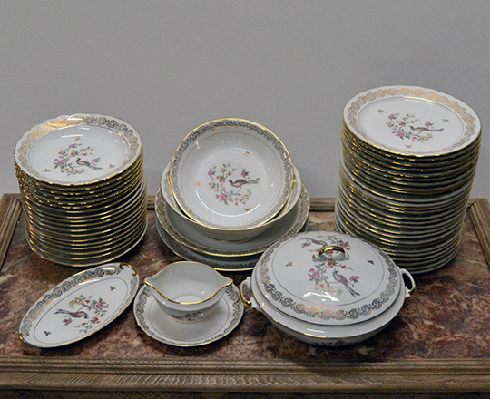 Lot 297: Large Limoges porcelaine service including tea/coffee and desert set.