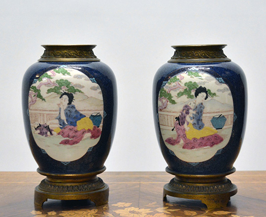 Lot 403: Pair 19th cent Chinese blue vases with gilt bronze Louis XVI base and Chinese woman with landscape background. H 26cm.