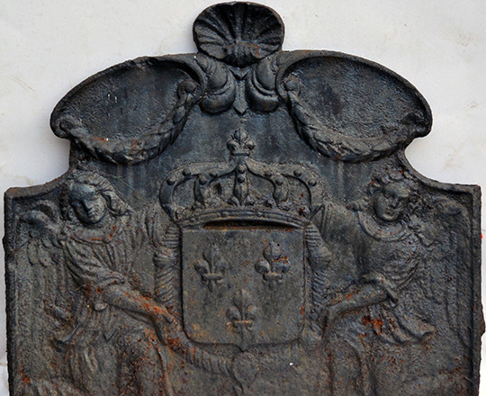 Lot 415: 18th cent cast iron fire plate with two angels holding a crowned coat of arms. H57xW62cm.