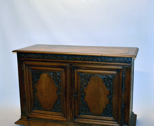 Lot 431: 19th cent two door oak country buffet. H108xW160xD50cm.