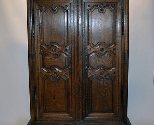 Lot 450: 18th / 19th cent. Burgundy oak armoire which specificity comes in two parts. H