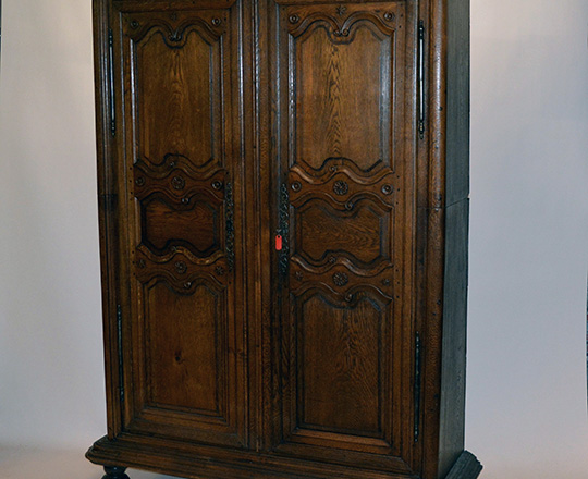 Lot 450_1: 18th / 19th cent. Burgundy oak armoire which specificity comes in two parts. H