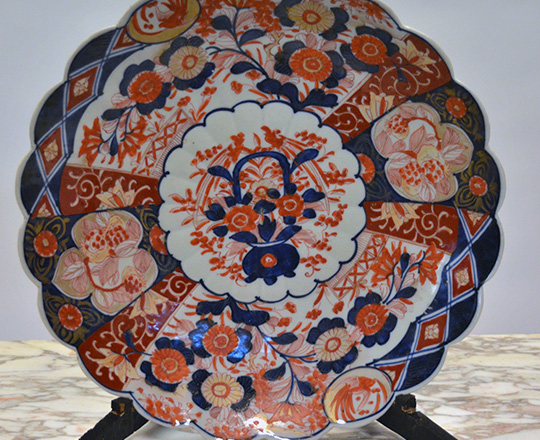 Lot 453: Large 19th cent Imari plate, dia.33cm and vase, H35cm on brass base with classic red/bleu floral design.