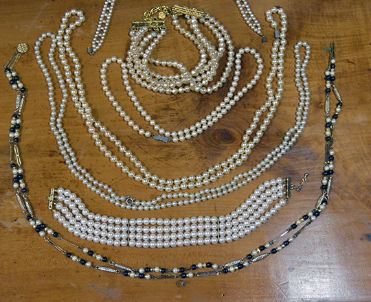 Lot 474: Various sizes of pearls necklaces.