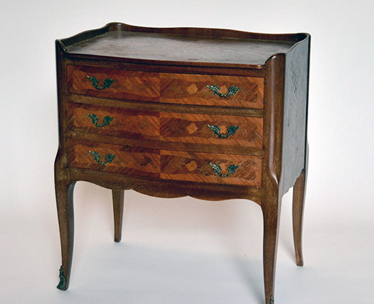 Lot 514_1: Small Louis XV style three drawer commode. H59xW52xD34cm.