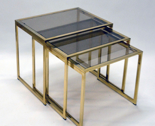 Lot 527: Three modern brass nest of tables with smoked glass top. H41,5xW48xD36cm. (large)