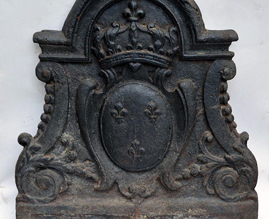 Lot 533: 18th cent cast iron fire plate with a crowned coat of arms. H63xW57cm.