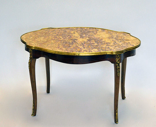 Lot 536: Louis XV style violin shape marble top coffee table. H50,5xW81,5xD55,5cm.