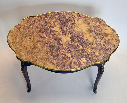 Lot 536_1: Louis XV style violin shape marble top coffee table. H50,5xW81,5xD55,5cm.